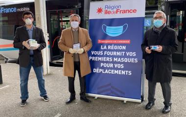 Distribution de masques à la gare d'Arnouville